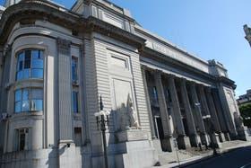 El Banco República es la entidad oficial que posee la mitad del mercado cambiario del país vecino