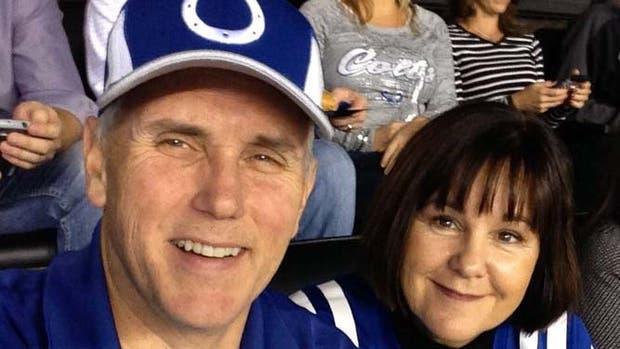 Mike Pence, el vicepresidente de EE.UU, con su mujer en el estadio