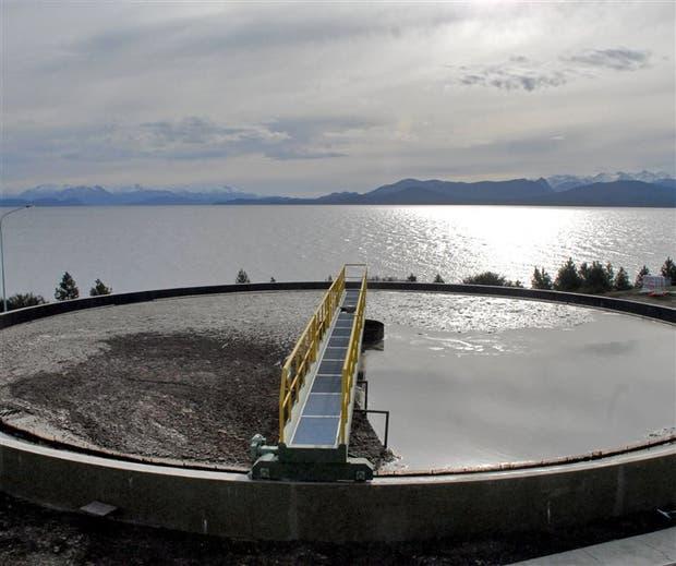 Una de las tomas cloacales en Bariloche; al fondo, el lago Nahuel Huapi