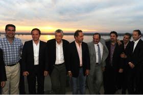 Jorge Capitanich -primero a la izquierda- participó ayer del encuentro que organizó Daniel Scioli con gobernadores en Corrientes