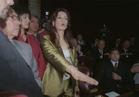 Cristina Kirchner presta juramento como senadora en el recinto del Senado en 2001