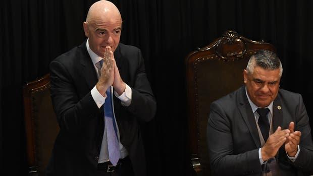 El presidente de la FIFA, Gianni Infantino (izq.), junto al presidente de la AFA, Claudio Tapia,