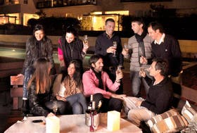 El miércoles pasado, Juan Remolino se juntó con sus vecinos en el microcine del Complejo Tronador para ver el partido de Boca; el jueves, junto con su mujer Carolina Gutiérrez, organizaron una cena en el restaurante del edificio