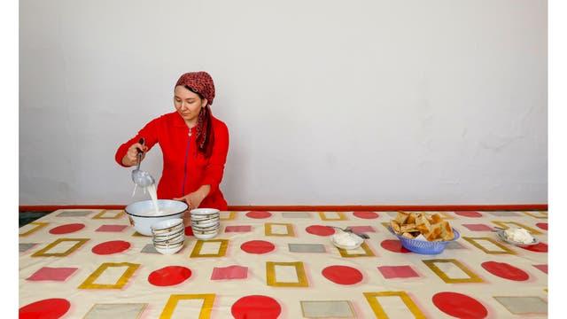 Bibigul vierte shubat, bebida tradicional hecha de leche de camello, en la granja familiar de Bolekun en el pueblo marítimo de Bogen, antiguamente en las costas del mar de Aral
