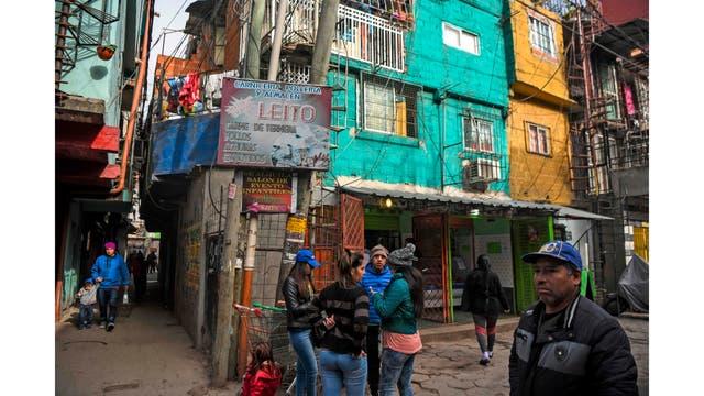Vecinos circulan por la Villa 31 en Buenos Aires, Argentina,