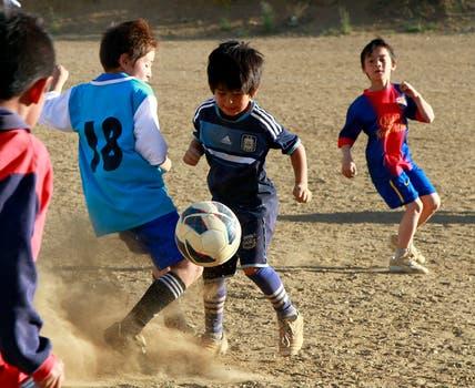 """Claudio Ñancufil, a quien apodaron """"el Messi de la nieve"""", se destaca en Bariloche por su habilidad con la pelota. Foto: Reuters"""