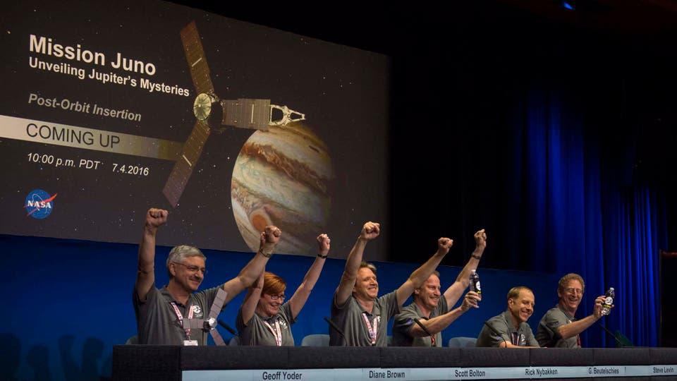 Miembros del equipo celebran la llegada de la sonda Juno de la NASA a la órbita de Júpiter. Foto: EFE / NASA/Aaurey Gemignani