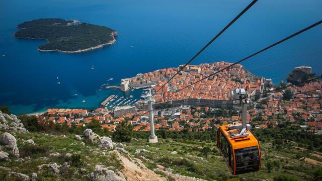 Utilizando un telesférico se puede acceder a una vista única de la ciudad vieja de Dubrovnik, el Mar Adriático y la isla donde hay una reserva ecológica; allí cientos de pavos reales y conejos pasean en libertad