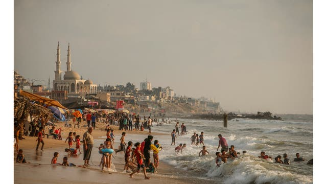 La gente se baña en el mar Mediterráneo en la ciudad de Beit Lahiya, en el norte de la Franja de Gaza