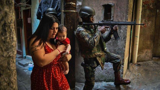Funcionarios de seguridad dijeron que la gigante favela Rocinha, en Río de Janeiro, volvió a estar bajo control el sábado después de que cientos de soldados y policías fueran enviados a combatir traficantes de drogas fuertemente armados