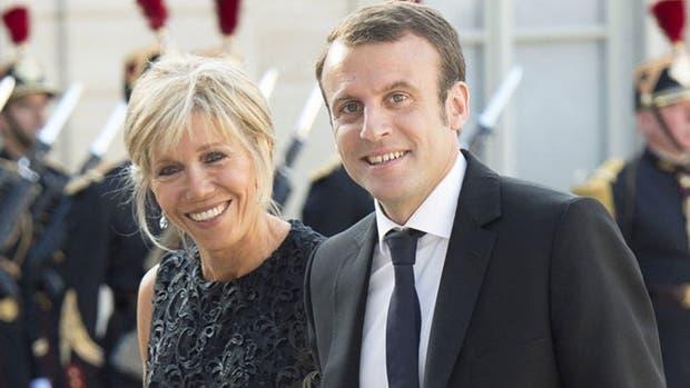 El nuevo presidente de Francia le respondió a quienes critican su relación con su esposa 25 años mayor