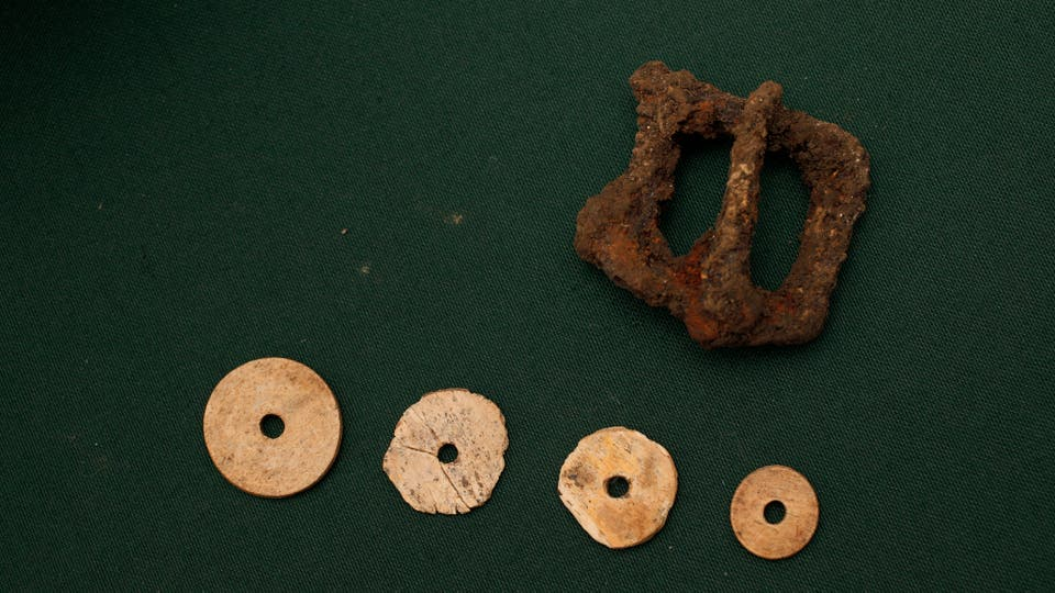 Botones de hueso y una hebilla de cinturón son algunos de los elementos encontrados. Foto: LA NACION / Hernán Zenteno