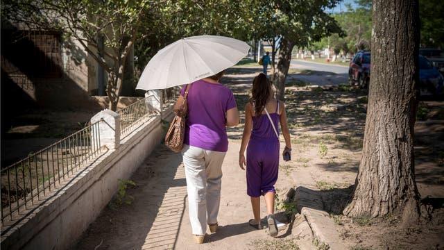 La radiación solar es tan intensa que los habitantes de la ciudad se protegen del sol con paraguas durante el caluroso día. Foto: LA NACION / Santiago Filipuzzi