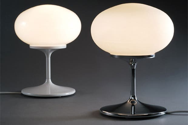 Modelo Copa con cuerpo de metal cromado o epoxi blanco y globo de vidrio opalino (Glitter).  Foto:Living