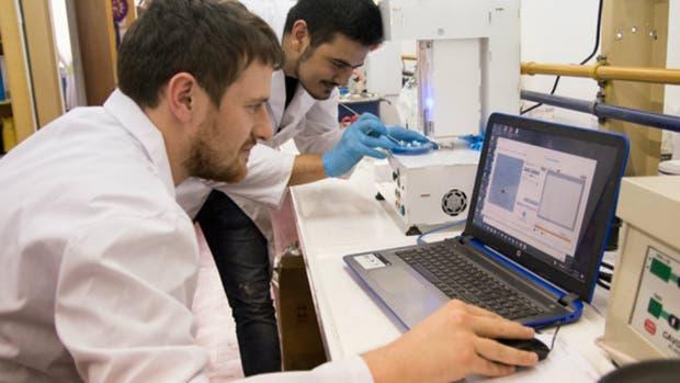 Dos técnicos trabajan en la impresión de medicamentos