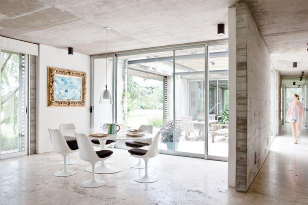 Simpleza extrema en el comedor: apenas un clásico del diseño de Eero Sarinen en el juego de mesa y sillas y un cuadro con la firma del dueño de casa..