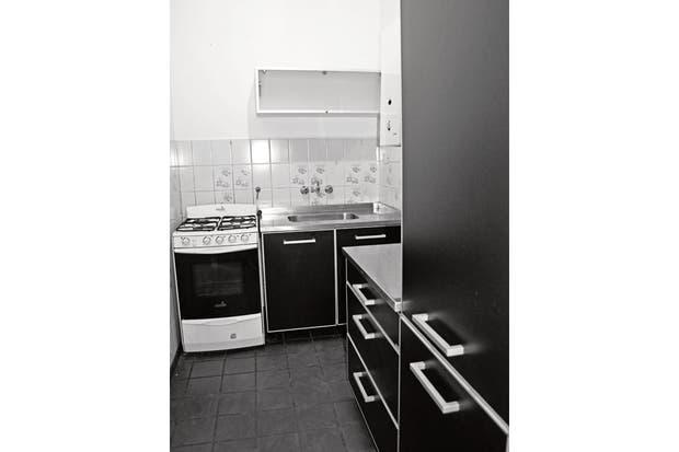 La cocina tenía amoblamiento negro, mesada metálica y revestimiento de azulejos .  Foto:Living