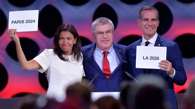 La francesa Ann Hidalgo y Eric Garcetti junto con el presidente del COI, Thomas Bach