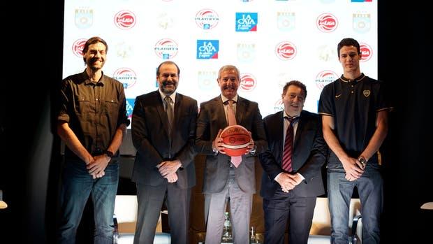 Fabricio Oberto y Agustín Caffaro junto al Director de Marketing y Comunicación Externa de La Caja (centro), y los Presidentes de la CABB y de La Liga