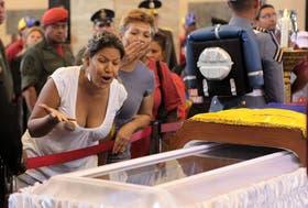 Una mujer muestra su desesperación al ver el cuerpo del presidente de Venezuela, Hugo Chávez