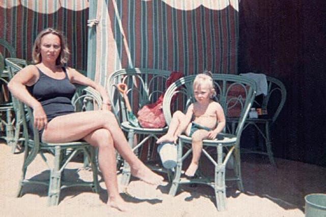 En Mar del Plata, con su mamá, Lidia Sawicki. La acompañé toda la vida, dice orgullosa de la carrera de su hija