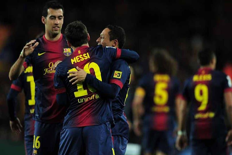 El abrazo de los tres goleadores de Barcelona: Busquets, Messi y Adriano. Foto: AFP