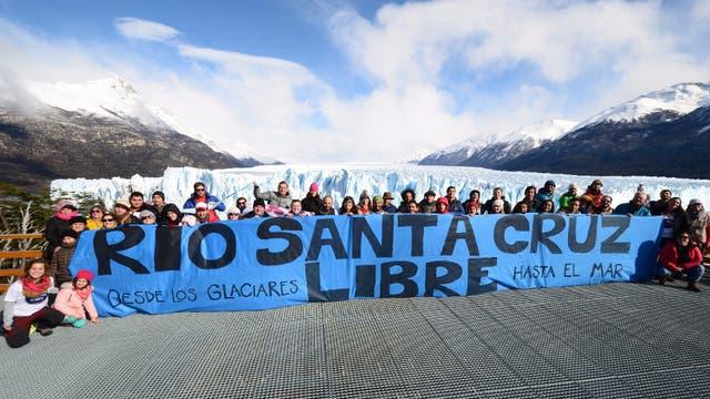 """""""Elegimos el glaciar, como lugar simbólico del nacimiento del río Santa Cruz"""", expresó a LA NACION Mariana Martinez, una de las organizadoras"""