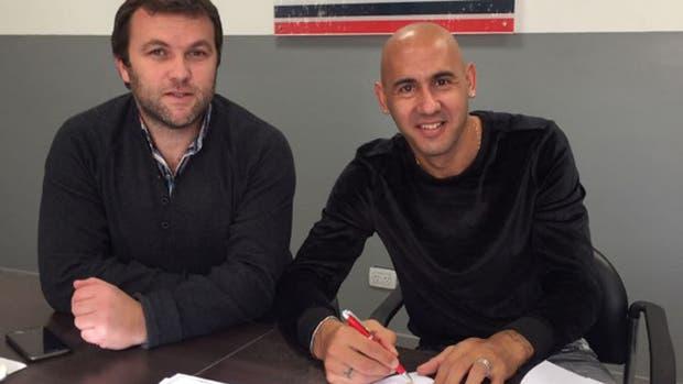 Mercier firma el contrato al lado del manager Bernardo Romeo