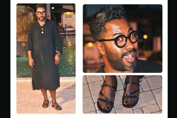 El estilista Martin Harper combina su túnica con una sandalias espartanas de cuero a tono y anteojos circulares de acrílico. Foto: Lulu Biaus