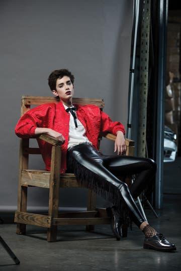 Camisa con moño ($ 1740, Desiderata), bomber bordada ($ 2299, Adidas), pantalón engomado con flecos ($ 2048, Kosiuko), zapatos metalizados ($ 2500, Arezzo para Grimoldi). Foto: Eugenio Mazzinghi