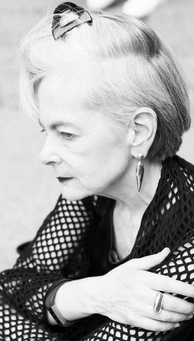 Impulsada por su estilo personal, una profesora de 63 años se convirtió en modelo en redes sociales. No muestra marcas y lleva su mensaje