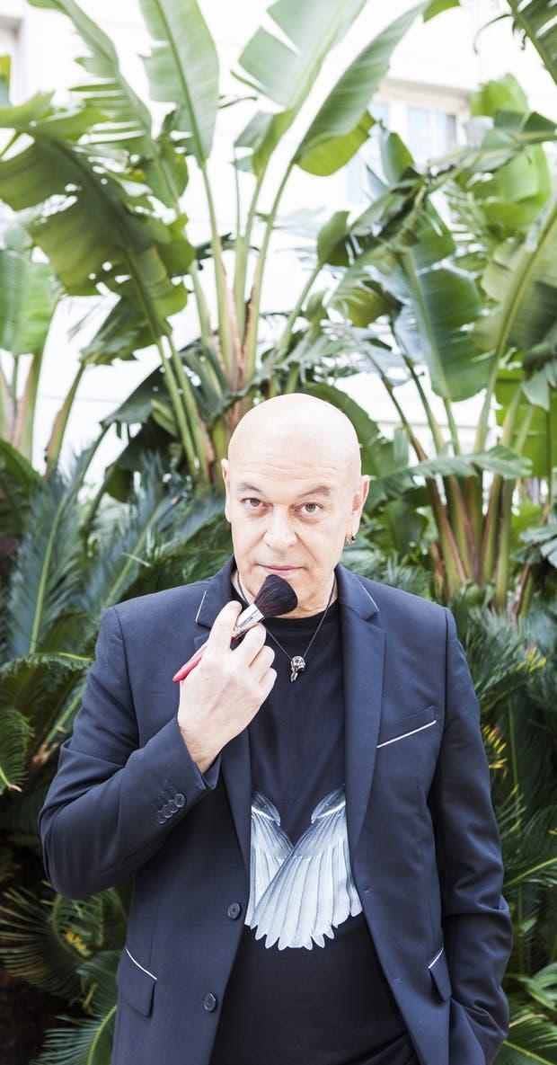 Nicolás Degennes es el director artístico de maquillaje y color de Givenchy