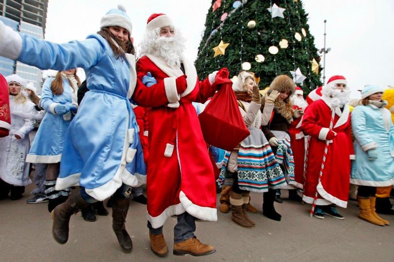 La icónonica figura de Papá Noel en la plaza central de Minsk, Bielorrusia.