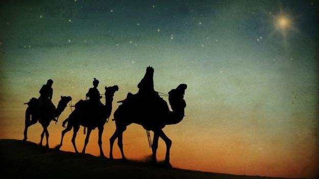 Quizás Mateo sólo quería adornar la historia, y qué mejor que con unos fabulosos reyes siguiendo una estrella.
