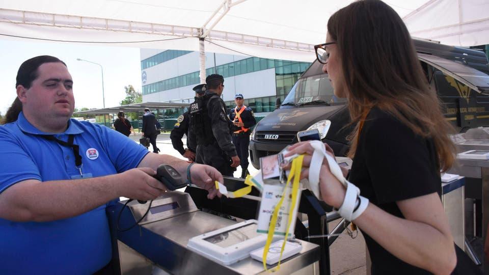 Las medidas de seguridad para ingresar a la Cumbre de Economía Verde en Córdoba. Foto: Télam / Laura Lescano