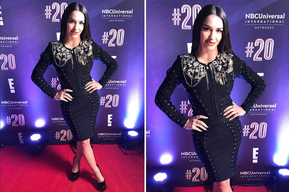 Lali Espósito también dijo presente, en este caso con un vestido negro al cuerpo con costura y bordados.