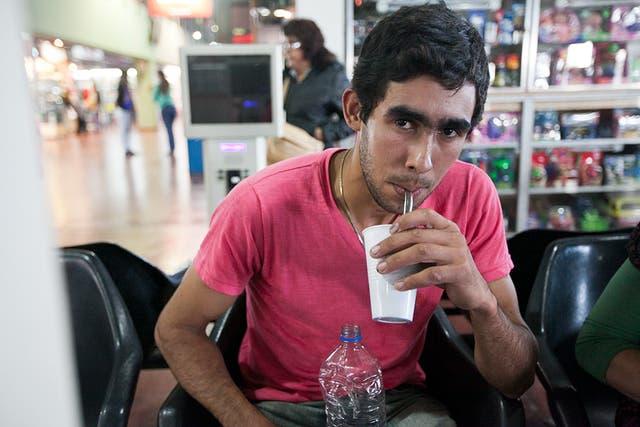 Antonio improvisó un tereré mientras espera partir a Paraguay