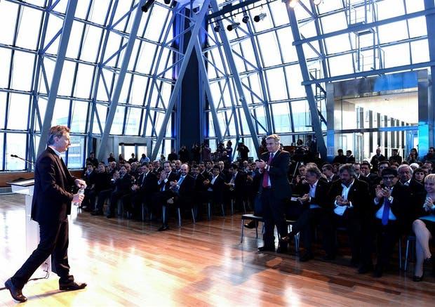 Macri, el ministro Aguad (de pie) y otros funcionarios junto a empresarios del sector, en el CCK
