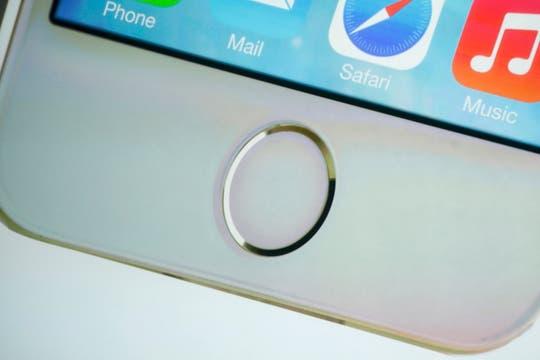 El equipo suma un sensor biométrico en el botón de Inicio para desbloquear el teléfono sin ingresar una clave. Foto: Reuters