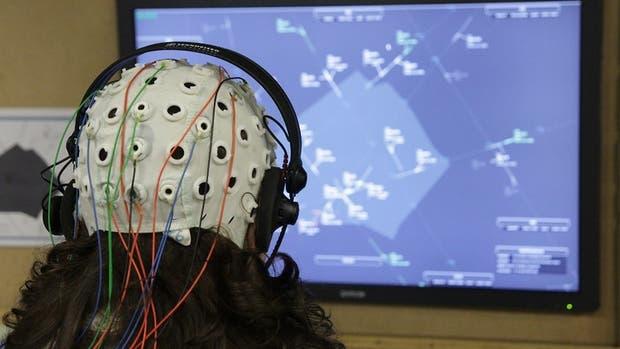 Uno de los prototipos que mide la actividad cerebral de un controlador de tránsito aéreo