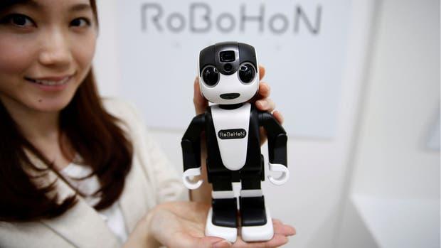Robohon es un robot que también funciona como teléfono celular