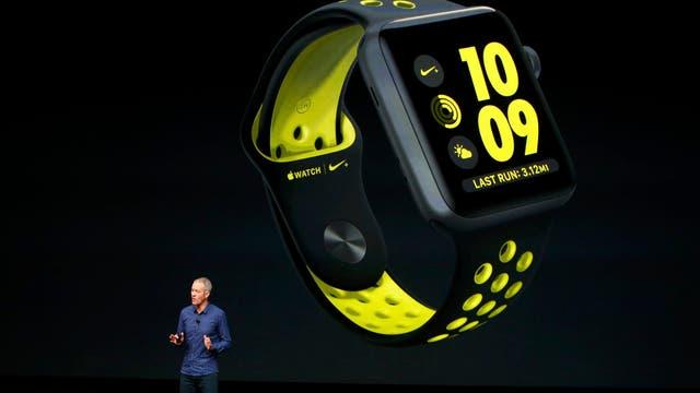 El COO de Apple, Jeff Williams, muestra el Apple Watch series 2 hecho en sociedad con Nike