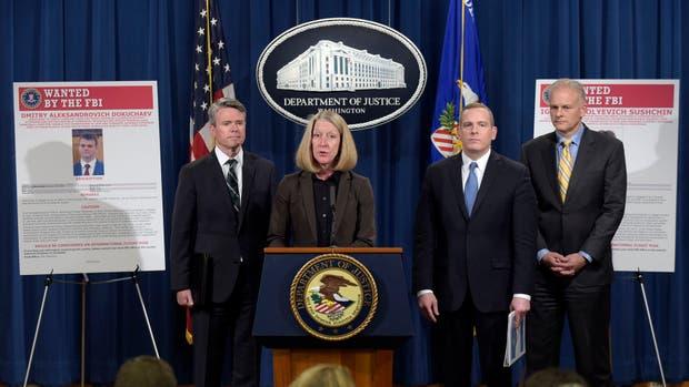 La actual fiscal general de los EEUU, Mary McCord, flanqueada a la izquierda por el fiscal del distrito del norte Brian Stretch y, a la derecha, el director ejecutivo del FBI, Paul Abbate, y el director de la Oficina de Asuntos Internacionales, Vaughn Ary