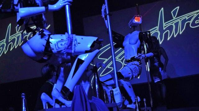 """Las primeras """"robots strippers"""" bailan en la inauguración del Sapphire Gentlemen''s Club"""