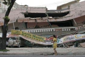 Un mercado colapsó y aplastó a varios autos y se presume que hay víctimas dentro, tras el sismo en Sumatra
