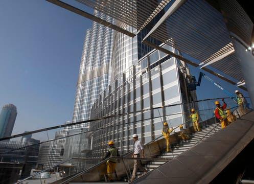Con 160 pisos, 800 metros de altura y visible a 95 km. de distancia quedó inaugurada la torre Burj Dubai.. Foto: AP