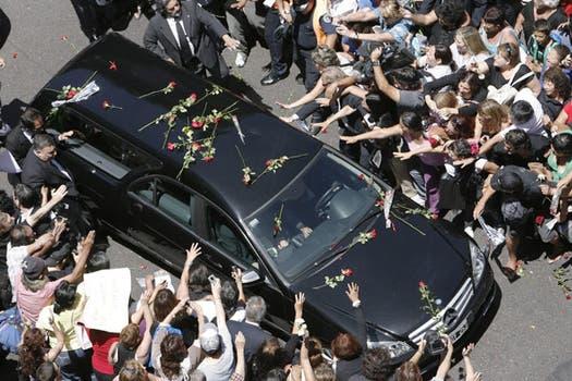 Los fans se acercan al cortejo fúnebre al salir del Congreso. Foto: EFE
