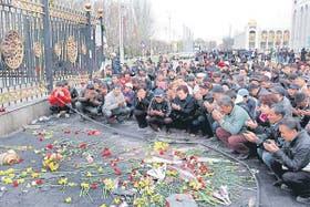 Frente a la sede del gobierno, en Bishkek, los opositores rinden homenaje a las víctimas del alzamiento