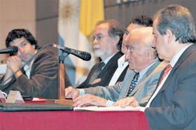Panigo, González Fraga, Guzmán, Ferrer y Machinea, ayer, en la UCA; pidieron recuperar el superávit fiscal