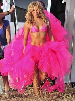 A mover las caderas. La cantante realizó una sensual sesión de fotos en Ibiza.. Foto: Daily Mail